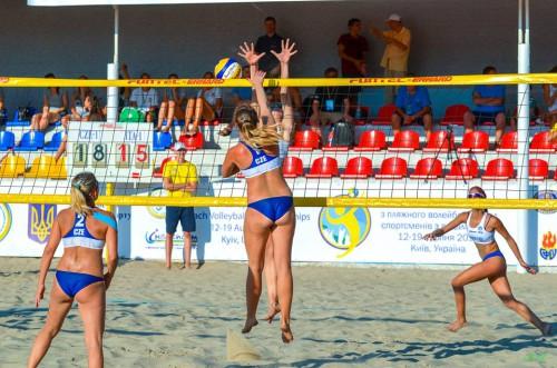 Česká hráčka Ivana Votípková smečuje v zápase proti Italkám
