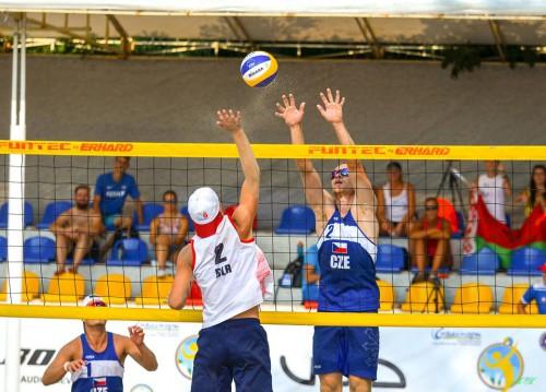 Václav Boček (v modrém dresu) blokuje běloruského hráče